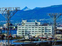 ホテルに帰ってびっくり、山の向こうに駒ケ岳が見えた