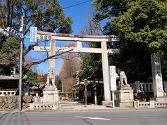 パリー食堂から歩くこと5分で秩父神社に着きました。  ■秩父神社 秩父地方の総鎮守、三峯神社・宝登山神社とともに秩父三社の一社。 荒川の源流にある秩父地方は、江戸時代に重要な水源の地とされていました。そのため、1592年に徳川家康が水源地である秩父を守る目的で、現在の社殿の建立を命じました。  ・秩父神社  http://www.chichibu-jinja.or.jp/
