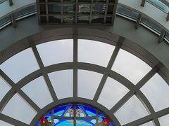 天井中央部もステンドグラスになっています。