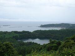展望台からは火山湖の「二の眼潟」、そのすぐ先にはきれいな弧を描いた戸賀湾が望めます。 天候が悪くあまり期待していなかっただけに、この景色は印象に残った!