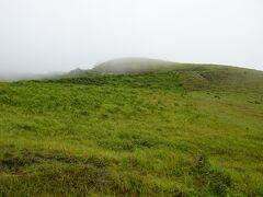 山の上からあっという間に霧が広がり、遠くの視界が効かなくなる。 写真には残せなかったものの、一面芝生に覆われ、丘が連続するような地形というのは、自分の中での男鹿のイメージとは遠く、良い意味で風景を楽しむことができました。