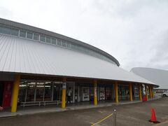 大きな屋根があるかなり個性的な建物が二つ。 奥に見えるのは八郎潟干拓の歴史などを紹介する「大潟村干拓博物館」です。