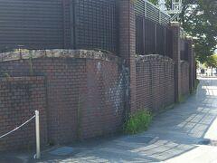 地下鉄の出口横 浄水場の煉瓦壁です