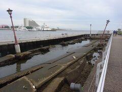 神戸港震災メモリアルパーク(神戸港の震災の様子をそのまま残しました。) ここは「メリケン波止場」といい、近くにアメリカ領事館があった事から訛って「アメリカン」が「メリケン」と呼ばれました。