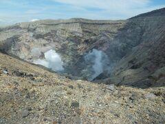 阿蘇中岳火口 第1火口(左)と第2火口(右)の噴煙。 火山ガスは二酸化硫黄・SO2(亜硫酸ガス)が含まれているため、喘息、気管支疾患、心臓疾患、体調不良の人は立ち入り禁止でした。