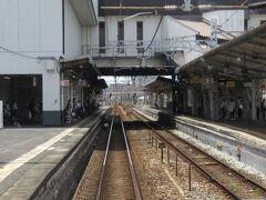 2021.07.25 福山ゆき普通列車車内 倉敷に到着!白壁をイメージしたと思われるホームまわり。