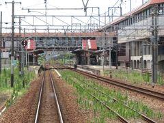 2021.07.25 福山ゆき普通列車車内 新倉敷停車。ところで新幹線は在来線と合わせた「営業キロ」で運賃・料金計算をしているが、ショートカットしまくってるから実際の距離よりも長くなっている。だがしかし、岡山~新倉敷は在来線の方が実キロがわずかに短い。何かで読んだ記憶がある。すいてきたし、もういい加減に座ろう。