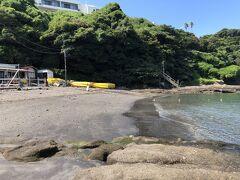 横堀海水浴場。胴網海岸の東側、小網代湾の湾内に近いところにあります。