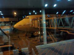 当時はまだ現在の綺麗な第3ターミナルではなく、大規模な改装工事が行われておりました。 JALのB747-400でソウルに向かいます。