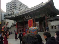 景福宮から歩いて大漢門で衛兵交代式を行っておりました。