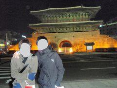 南大門で連れ2人が記念撮影。
