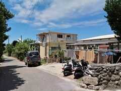 与那国島のお宿はこちら。「ゲストハウス Fiesta」。 与那国定番の安宿ですね。お宿紹介します。