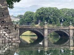正門には石橋と鉄橋の2本の橋が架かっていて、鉄橋のほうが二重橋と呼ばれているようです。  正門鉄橋と手前の正門石橋とセットで二重橋という説もあるようです。