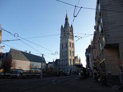 大通りに出て  右方面には鐘楼と聖バーフ教会があります。