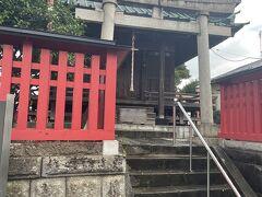 菓子屋横丁を出て、バス停でバスを待ってたら、向かい側に神社⛩  六塚稲荷神社というそうです。 お参りしたら、ここの御朱印も川越氷川神社でいただけるようでした。