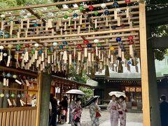 川越城跡から歩いて川越氷川神社へ⛩  ここで雨が降ってきました。  神社内は和服姿の若い女子でいっぱい! いや、ほとんど若い女子でした。