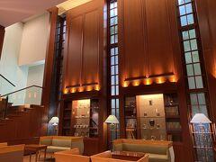 「金沢ニューグランドホテルプレミア」にチェックイン。 2名ダブル素泊まりで3,900円。 駐車場1,000円でした。  おしゃれなロビー