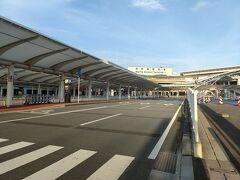 早朝の成田空港。コロナ禍もあってか、人っ子一人いません
