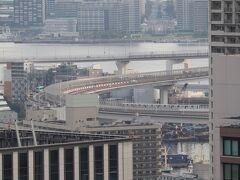 ループ橋を行くゆりかもめ。