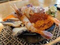 特上生ちらしを注文。 北海道の海の幸がこれでもかってくらい入ってて、最高に美味しかった。