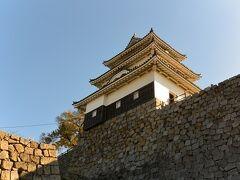 丸亀城の天守に登ります。