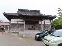 函館中心部に戻り、昨年も訪れた奥さんの父親が眠るお寺に。