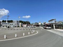 10:35 三沢駅に到着して駅外へ出ました。  空港行きのバスはまだ約50分待たねばならない。 周辺には何もないので・・・  客待ちのタクシーの運ちゃんがチラチラこちらを見る。 「乗らん!」