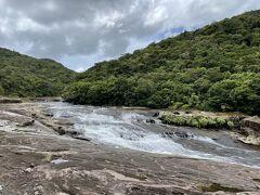 更に20分くらい歩くと最終目的地のカンピレーの滝に到着です。