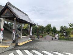 駅舎を出て左手に行くと左側に懐古園(小諸城址)に向かう跨線橋の入口がありますが、すぐにそちらには向かわずに大手門公園の駅側入口にある『停車場ガーデン』から大手門方面に行きました。