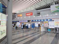 久しぶりの仙台空港です。 コロナ禍の中・・ショップなどいろいろ変わっていました。 以前よりちょっとオシャレになっているゾーンも。  今回はFDAでの出発なので JAL側で預け荷物のチェック そしてFDA(フジドリームエアライン)カウンターで チェックインします。