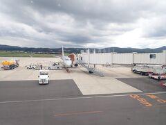 出雲縁結び空港へは宍道湖側からの着陸でした。 緑に囲まれた滑走路。