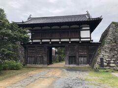 江戸時代から現存する小諸城の2棟の城郭建築物の内の一つ大手門です。  1612(慶長17)年に当時の城主仙石秀久によって建造され、国の重要文化財に指定されています。  小諸城址から離れてポツンと建っていますが、実戦を想定した城の大手門らしい質実剛健な佇まいです。  なお、公園内から見えているのは門の外側(城下町側)です。  明治期に鉄道が敷設された時、小諸城三の丸跡に線路が通り小諸駅が造られたため、門の内側は駅に向いています。