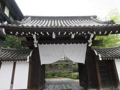 ◆ザミツイ京都◆ 京都駅からタクシー1820円でザミツイ京都へ。 エントランスは二条城側の堀川通りでなく、細い油小路通りに面している。 隣はANAクラウンプラザ京都。 ANA京都はマイルを貯める為に食事した時はボロボロで・・だからANAを三井に建て替えたのかと思ってたら、国際ホテルを立て直して三井って・・ でもHPには三井家ゆかりうんぬん、しか書いていない。藤田観光が怒りますよね。同じ藤田のホテルフジタを建て替えたリッツではフジタゆかりを大切にしている・・藤田どうなっちゃったのかな?大阪の太閤園も売っちゃって・・  国際ホテルは割安なシティホテルで知人が受験生の宿として使ってたな・・