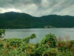 進行方向左側に湖が見えます。 木崎湖、中綱湖、青木湖と続きます。 雲が多くなってきた(*_*;