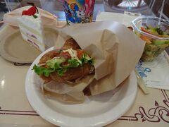 お腹が空いていると余計に具合悪くなるよな~と思ってお昼はサンドイッチにしてみた。  ユニバって結構ご飯美味しいね。 高いけど(笑)  写真ないけど、お腹を満たした後にハリウッドドリームザライドにも乗りました。 これは映像のない普通のジェットコースターだから大丈夫だろ!と思っていたんだけど、急降下が激しすぎるとのこと。  まぁ、私の母も60超えてジェットコースター乗りまくりの異常体質だし、きっと私の方がおかしいんだよね。旦那は普通の神経なんだよね。 仕方ないよね、くっそー。
