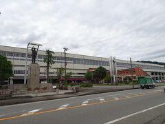 新幹線を乗り継いで浦佐駅に到着。駅舎内にはコンビニと観光案内所がある程度で、駅前も閑散とした感じ。