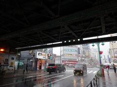 そして9月6日。今日は新大久保駅からスタートです。初めて降り立ちました! しかしホームについた途端、スコールのような土砂降り…。改札へ行くと雨宿りの人々で大混雑。放送で立ち止まらないように、雨宿りはご遠慮くださいとのアナウンスが流れている。ので、まぁ折り畳み傘も持ってるしと意を決して目的のお店へ(;´∀`)