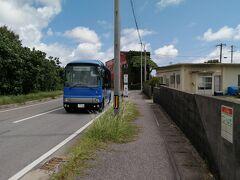 「与那国島生活路線バス」に乗ります。 便数は少ないけど無料です。ヒマ人で節約派の私のためにあるようなバスです。ありがたいです。宿泊している宿の最寄りのバス停は「ナンタ浜」。