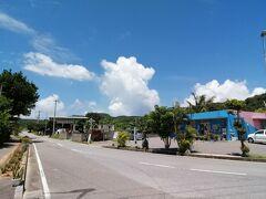 バス停は「比川共同売店」の前にあります。