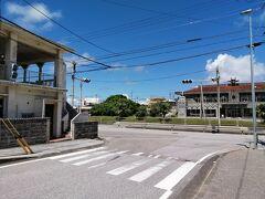 与那国島に信号機は2箇所のみ。 1つは祖納に。もう1つが久部良にある、この日本最西端の信号機です。 はっきり言って交通量からしたらどちらの信号機も必要ありません。 子供たちの教育用です。