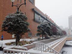 スーパーホテルでお節料理の朝食をいただいてからチェックアウト、仙台駅の山形交通バス停に移動します。雪はやみましたが路面は新雪で滑りやすく注意して歩きました。
