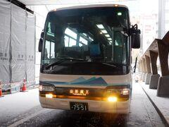 76番線のバス停から8時発の山形蔵王行バスに乗車しました。乗客は我々を入れて8名です。このバス停から富山・金沢行バスが夜10時ころ発車するのですが、日本海側大寒波による大雪で明日夜まで運休と案内の紙が貼られてました。
