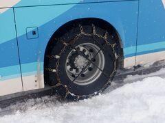 運転手さんは雪の降りゆく中、黙々と後輪タイヤにチェーンを装着されてました。ここから先の蔵王に行く一般道の坂道を登り続けてましたのでチェーン無しでは滑って登れなさそうでした。