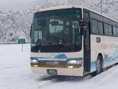 バスは泊まったホテルに向かい、昨日朝歩いた青葉城公園の地下に掘ったトンネルを通ってから高速道路に入りました。山形県に入ると雪が強くなりました。山形蔵王PAでチェーン装着のため停車しました。