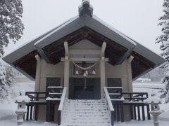 上湯共同浴場に戻って蔵王温泉、酢川温泉神社と書かれた朱色の鳥居をくぐり険しい石段を登りました。手前に薬師神社、熊野山の蔵王山神社、この神社で三宮一社扱いだそうです。この社殿は1959年11月に改築したとありましたがそんなに年季を感じずませんでした。