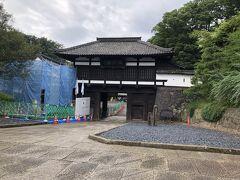 懐古園(小諸城址)の入口に建つ三の門です。  大手門と並ぶ現存城郭建築物で、こちらも国の重要文化財に指定されています。  訪問当時、城の外側から向かって左側の城壁が工事中でした。