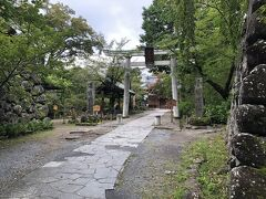 少し進むと本丸跡に到着しました。  本丸跡には懐古神社があります。