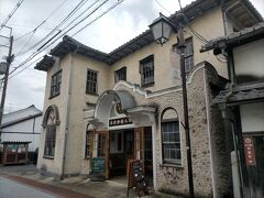大正10年にヴォーリズの設計により建てられた八幡郵便局は昭和35年 まで郵便局の局舎として使われていた建物で、その後は老朽化がすすみ空家となっていたそうです。 平成の半ばにヴォーリズ建築保存再生を行うNPO法人によって玄関部分などが復元公開されています。 スパニッシュスタイルと和風の和洋折衷の外観は近江商人の街並みにうまく溶け込んでしました