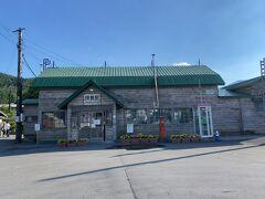幾寅駅 幌舞駅の看板の方が大きく、電話ボックスの右上に小さく「幾寅」と書いてある。 映画 鉄道員の撮影で使われた、気動車や建物が残っている。 なお、帯広~旭川の都市間バスは、1kmほど北側の 道の駅 南ふらのにバス停がある。