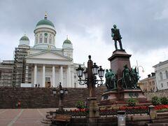 まずはてくてくと南の方に向かって歩いて9時、広々とした元老院広場(Senaatintori)と、ヘルシンキのアイコン的存在、ヘルシンキ大聖堂(Tuomiokirkko)へ。  ヘルシンキ大聖堂が見下ろす広大な元老院広場の中央には、かつての宗主国の君主ながら、フィンランド国会を再建したとして1894年に建てられたロシア・ロマノフ家の皇帝、アレクサンドル2世(在位:1855-81年)の立像が。